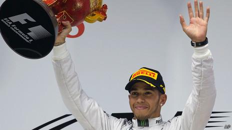 Lewis Hamilton celebra su triunfo en el GP de China