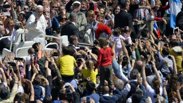 Папа Франциск и собравшиеся на мессу