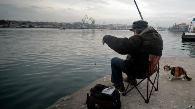 Рыбак в Севастополе