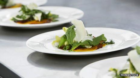 Comida en platos blancos