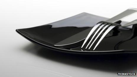 Cubiertos sobre un plato negro