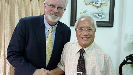 Ông David Shear trong lần gặp bác sỹ Nguyễn Đan Quế