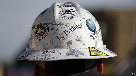 casco protector de un trabajador de oleoducto