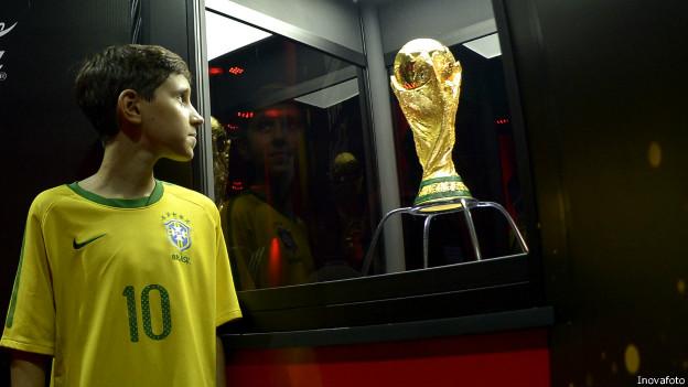 Taça chega ao Rio e Fifa pressiona São Paulo