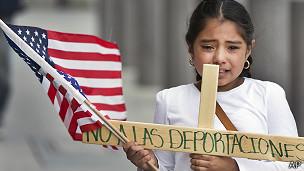 Niña hispana en protesta en Los Ángeles