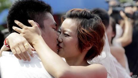 Una pareja besandose