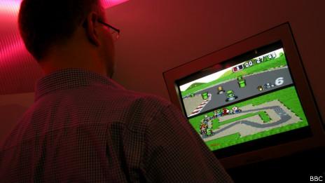 Un hombre jugando un videojuego