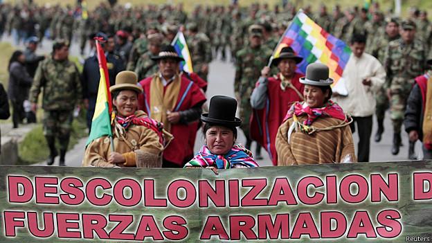 Indígenas en apoyo a los militares subalternos en El Alto