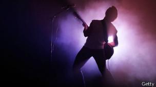 Chico tocando la guitarra eléctrica
