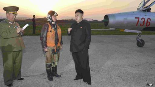 Ким Чен Ын поучает молодого пилота