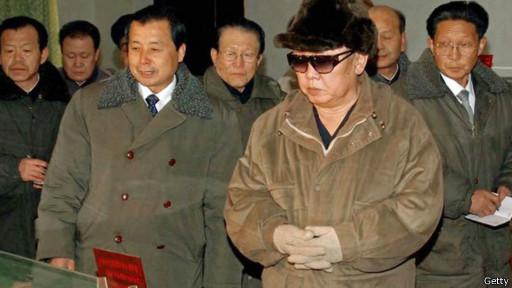 Ким Чен Ир в окружении своих людей