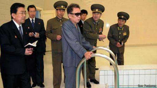 Ким Чен Ир в окружении своих людей в бассейне