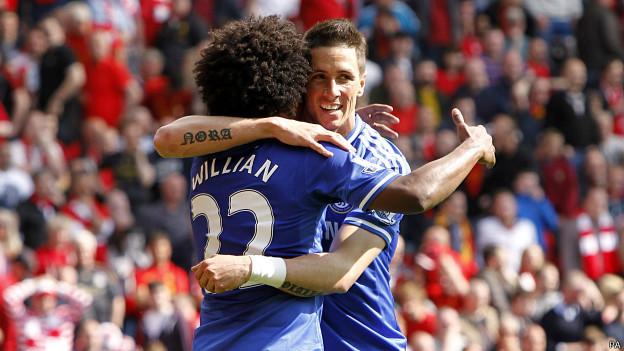 Fernando Torres abraza a Willian