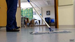 Hombre limpiando suelo