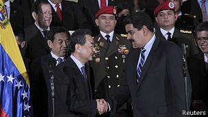 Wang Yi y Nicolás Maduro