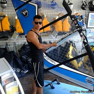 Jorge Armando Martínez con una tabla de windsurf en EE.UU.