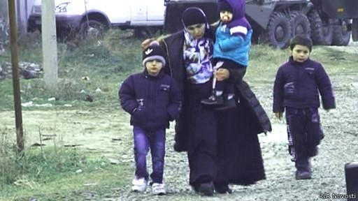 Женщина с детьми покидает зону КТО в Дагестане