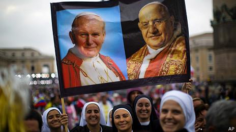 Monjas con una pancarta con los papas Juan Pablo II y Juan XXIII