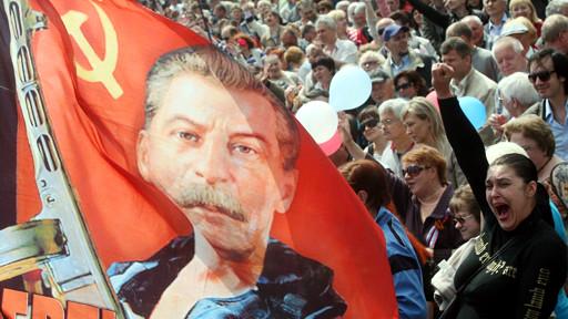 Первомайская демонстрация в Донецке под знаменами Сталина