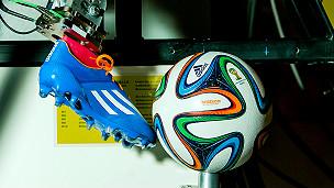 Pie robótico pateando una pelota durante prubeas Foto: gentileza de Adidas