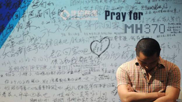 Mural de homenagens a passageiros de voo desaparecido MH370 | Crédito: AP