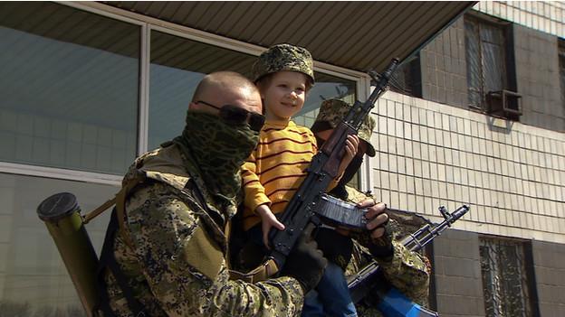 Quem são os 'homens de verde' que assustam a Ucrânia?