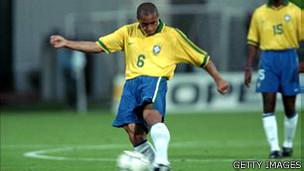 Roberto Carlos durante un juego entre Brasil y Francia en 1997