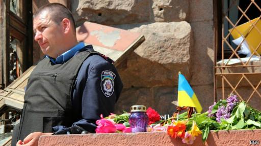 Цветы у места пожара в Доме профсоюзов в Одессе
