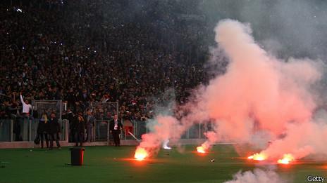Hinchas de Napoli lanzan bengalas antes del partido