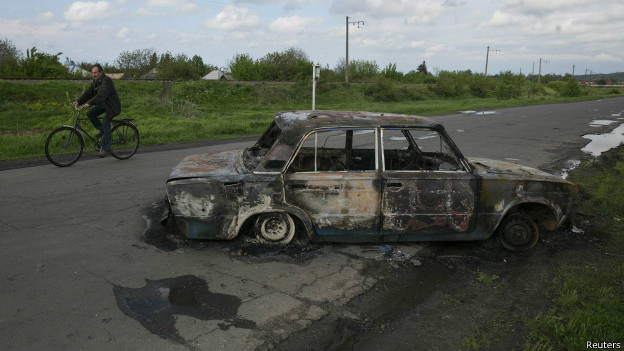 Coche incendiado cerca de Sloviansk