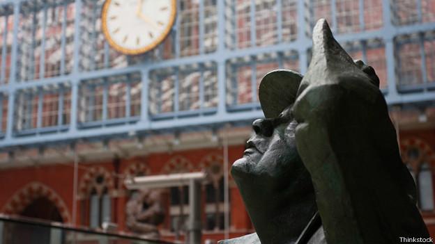 Статуя на вокзале Сент-Панкрас в Лондоне