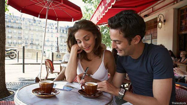 Парочка за столиком парижского кафе