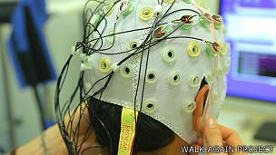 Gorra con sensores Foto cortesía Walk Again Project