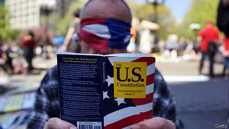 Ciudadano con la Constitución de EE.UU. en la mano