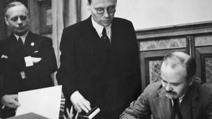 """В 1939 году был заключен договор """"Молотова-Риббентропа""""."""