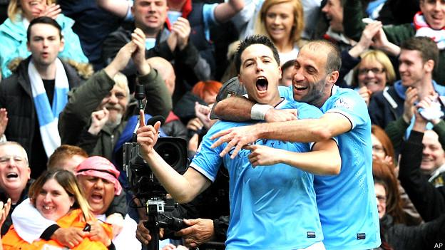 Samir Nasri celebra su gol junto a su compañero Pablo Zavaleta