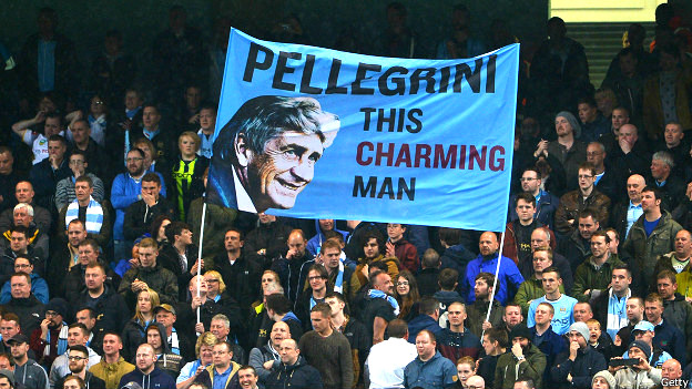 """Los hinchas del Manchester City con una pancarta que lleva la imagen de Pellegrini y el mensaje """"este hombre encantador"""""""
