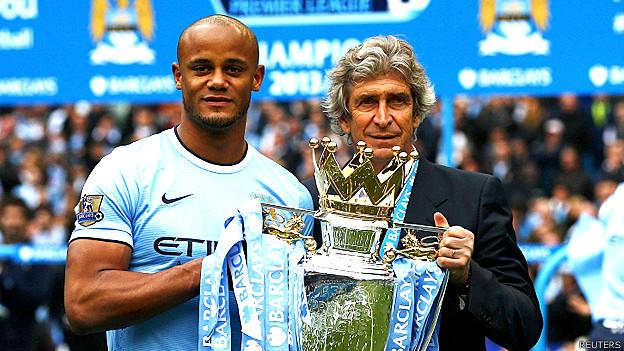 El capitán del Manchester City Vincent Kompany junto al entrenador Manuel Pellegrini.