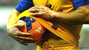 Jugador de fútbol secando la pelota