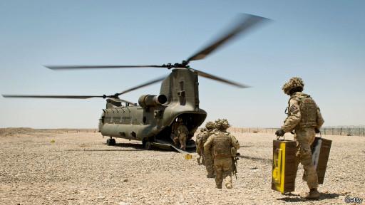 Солдаты НАТО у вертолета