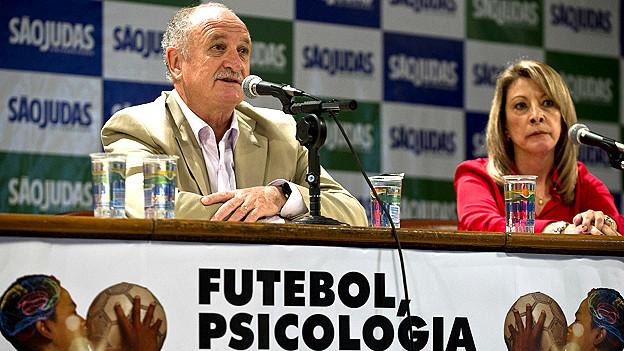 Felipe Scolari, técnico de Brasil, junto a la psicóloga de la selección, Regina Brandao