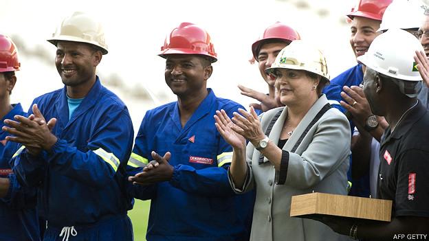 Dilma Rousseff junto a obreros en el estadio Arena Corinthians de Sao Paulo