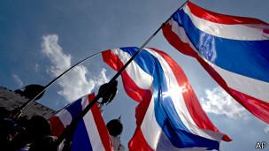 Manifestantes ondean banderas en Bangkok