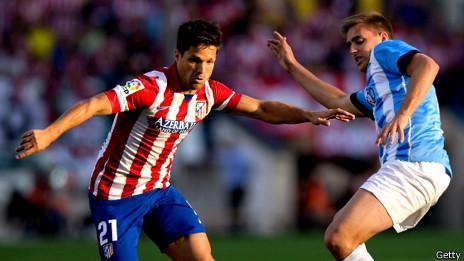 Diego Ribas y Juanmi luchan por un balón en el empate del Atleti ante el Málaga.