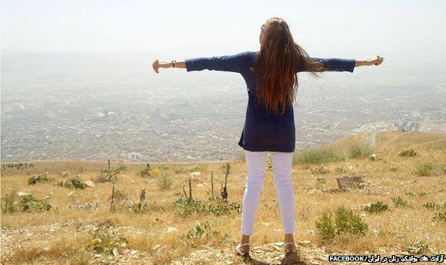 Mujer en una colina