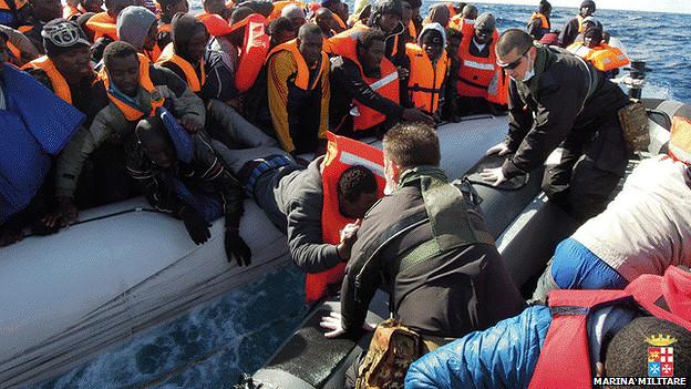 Marinos italianos ayudan a inmigrantes al sureste de Lampedusa