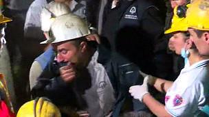 Mineiro chora ao ser resgatado em Soma, Turquia. Foto: BBC