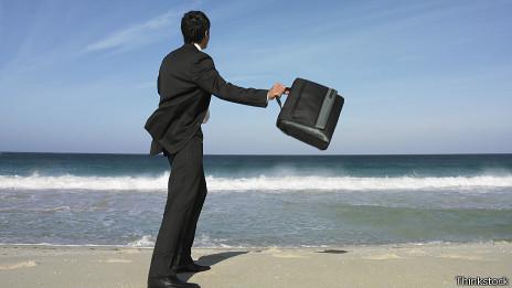 Un ejecutivo lanza su maletín al mar