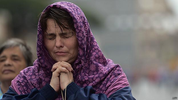 mujer reza en Roma