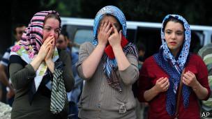 Tres mujeres llorando.